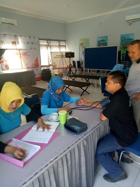 Petugas Pukesmas Sembung terlihat sendang memerikasa kesehatan Ketua KPU Tulungagung suprihno pada jumat pagi (9/3)