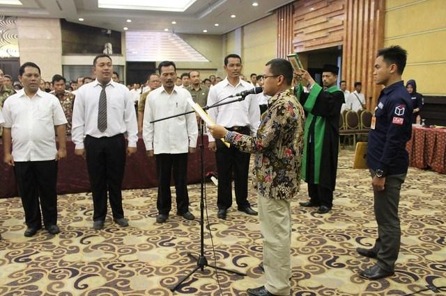 Ketua KPU Tulungagung Suprihno saat melantik anggota PPS dalam Pemilu 2019 di Crown Victoria Hotel Tulungagung (8/3)