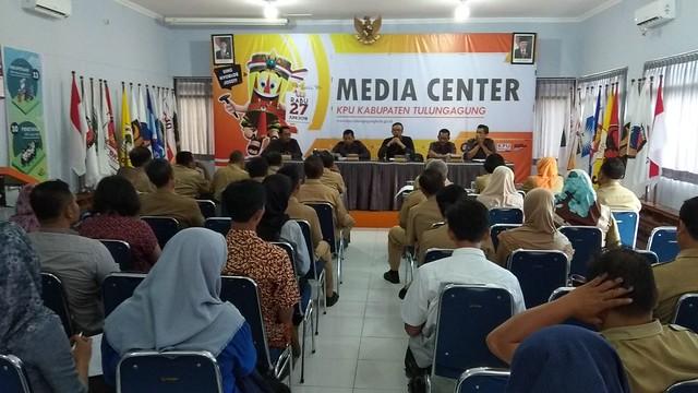 Suasana Rapat Koordinasi KPU Tulungagung dengan seluruh Anggota Panitia Pemilihan Kecamatan (PPK) yang membidangi umum, keuangan, dan logistik di Media Centre KPU Tulungagung (12/3)