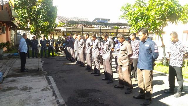 Anggota KPU Tulungagung Suyitno Arman saat memimpin Apel Pagi di halaman KPU Tulungagung senin pagi (12/3)