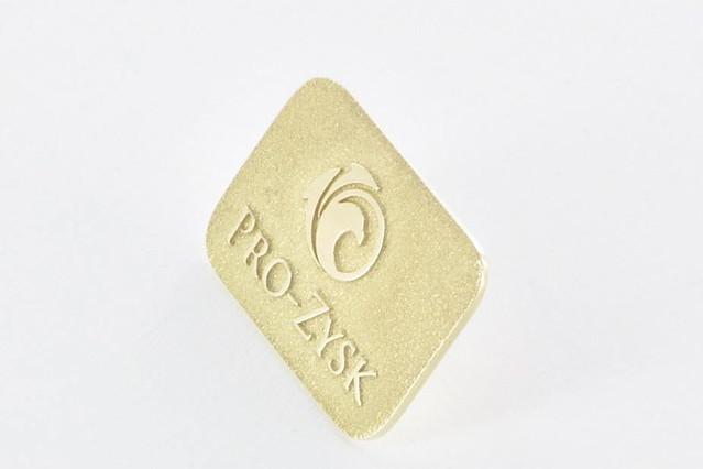pins wykonany w złocie próby 585 (Au), grawerowne tło