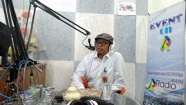 Victor Febrihandoko Anggota KPU Tulungagung saat mengisi talk show di R-Radio FM pagi tadi (8/3)