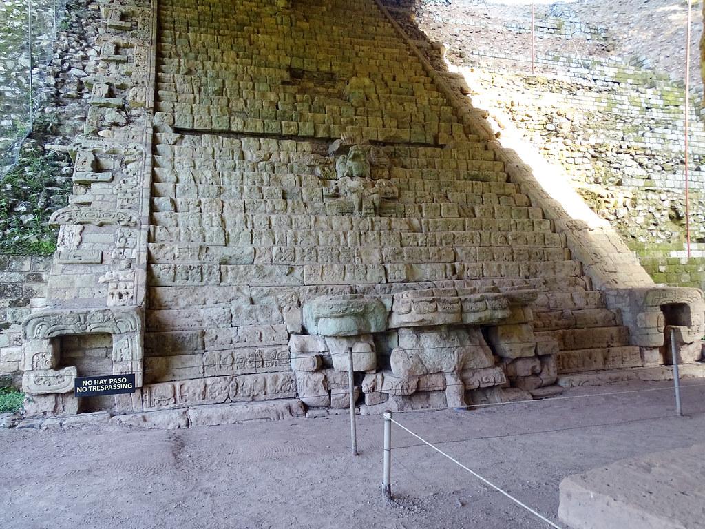 Estructura 26 escalinata de jeroglificos sitio arqueologico Maya de Copan Honduras 03