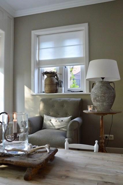Vouwgordijn vensterbank fauteuil wijntafel