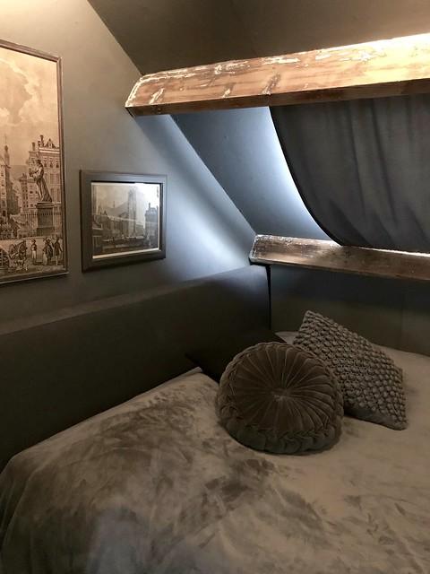 Slaapkamer gordijn houten balk