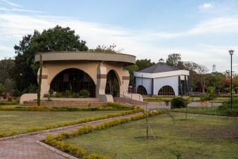 Vlakbij het parlement staan drie mausoleums van eerdere presidenten.