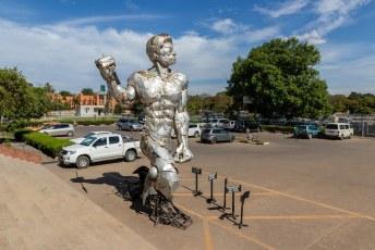Deze ijzeren Hein staat voor het Nationale museum in Lusaka.