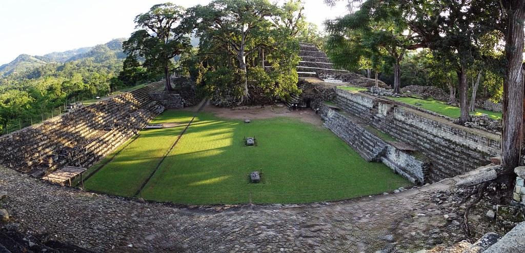 vista Plaza Oriental o Plaza de los Jaguares edificios sitio arqueologico Maya de Copan Honduras 02