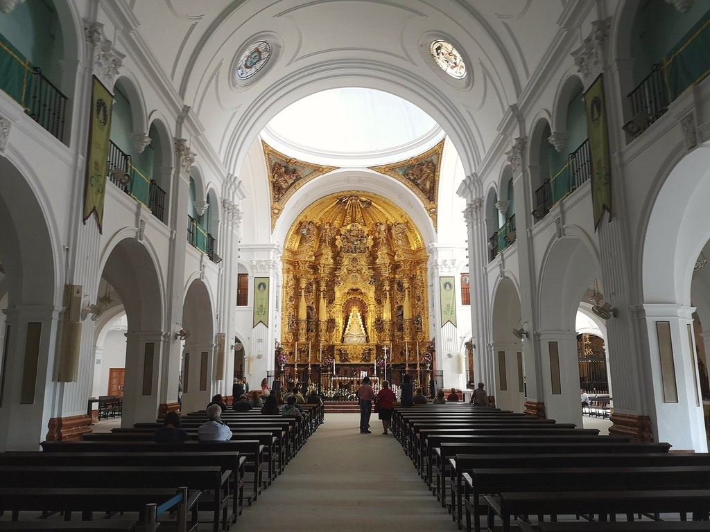 Altar mayor y nave central interior Santuario de la Virgen de El Rocío Almonte Huelva
