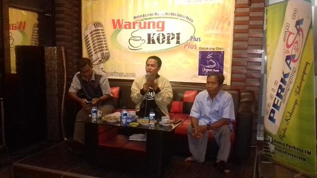 Muh Khoirul Anam Komisioner KPU Tulungagung saat memeparkan terkait DPT dalam forum WKPP Radio Perkasa FM Tulungagung (17/12)