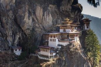 Goeroe Rinpoche vloog ooit vanuit Tibet op de rug van een tijgerin naar de grot waar nu dit klooster staat/hangt.