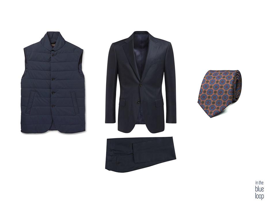 Look formal hombre con traje azul, corbata y gilet o chaleco acolchado