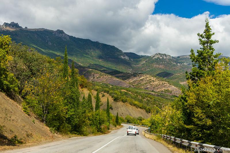Дорога в Крыму близ Демерджи