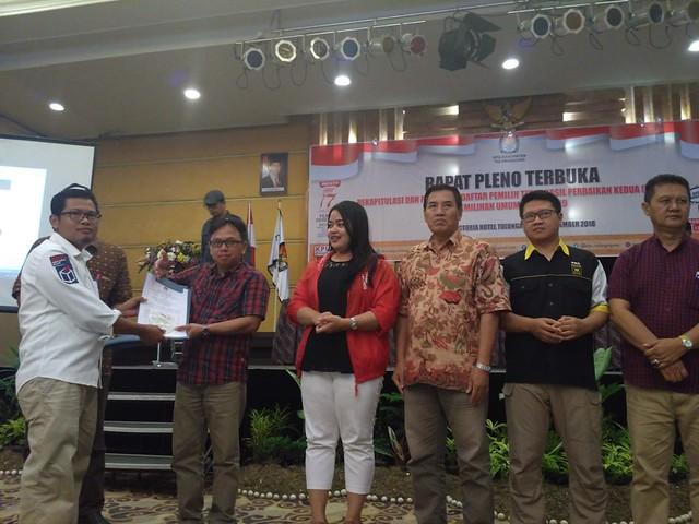 Suprihno menyerahkan hasil penetapan DPTHP-2 pada perwakilan parpol peserta Pemilu 2019