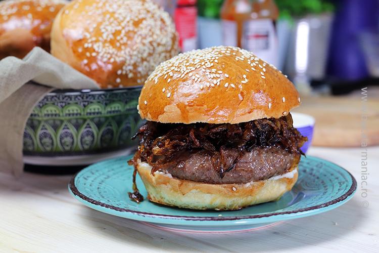 hamburger cu ceapa caramelizata