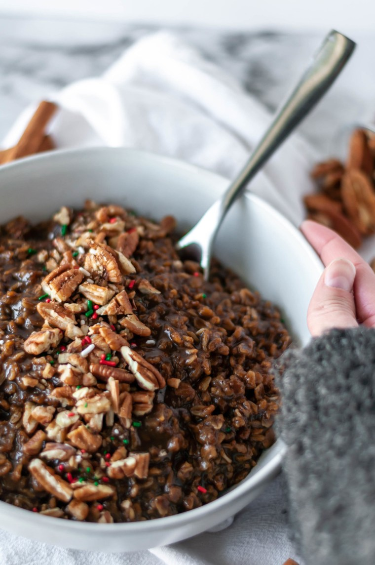 Instant Pot Gingerbread Oatmeal will bring all the holiday spirit. Tons of gingerbread flavor packed into breakfast for a healthy spin on a holiday favorite.