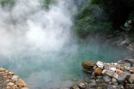 藍綠色的溫泉