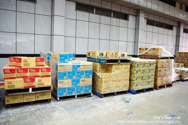 這是廠外等待送上貨車的包裝水,仔細一看還有其他家的牌子,表示這些牌子也是悅氏代工的。