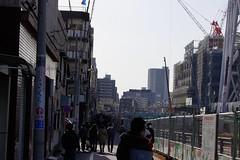 東京スカイツリーを見物する人たち