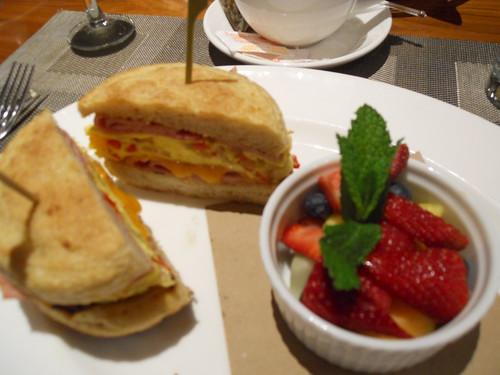 Jumbo Egg Sandwich w/fruit