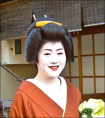 Geiko con peluca estilo shimada y peine bekko