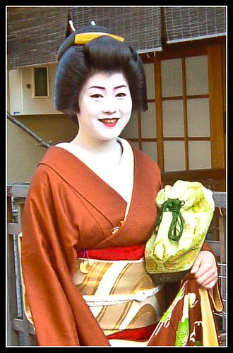 Geisha Takamaru con ozashiki-kagi de colores verdosos