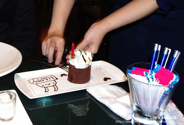 餐廳特地位尼準備的小蛋糕,還有兩位可愛的侍者前來幫尼唱生日快樂歌!