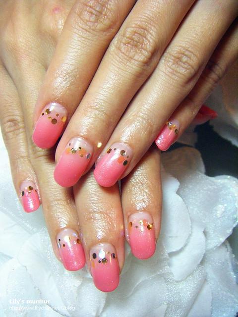 第二次的手部光療指甲,是當時很熱門的蜜桃色,特別做倒法式可以讓指甲撐久一點。
