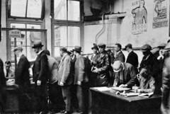 Rij werklozen in een stempellokaal / Unemployed queueing for social benefit