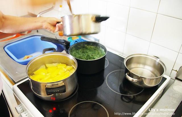 尼媽正在煮菠菜泥,左下方正在煮的是馬鈴薯。尼媽說黃色的馬鈴薯比較好吃。