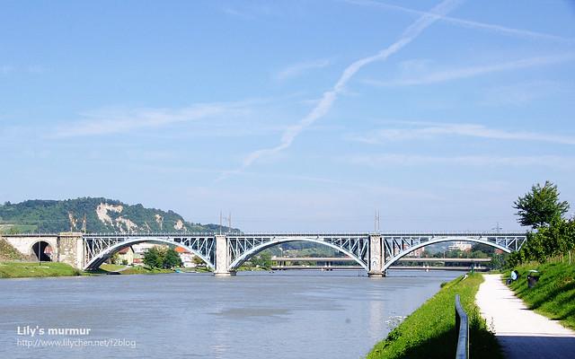 這是鐵路拱橋,遠遠看很漂亮!