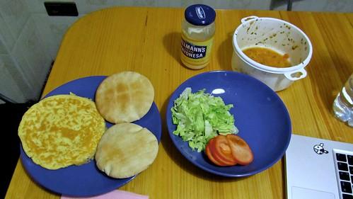 Pan de pita con tortilla francesa, lechuga y tomate.