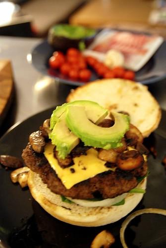Fredriks burgare med avocado, cheddar, bacon och spenat