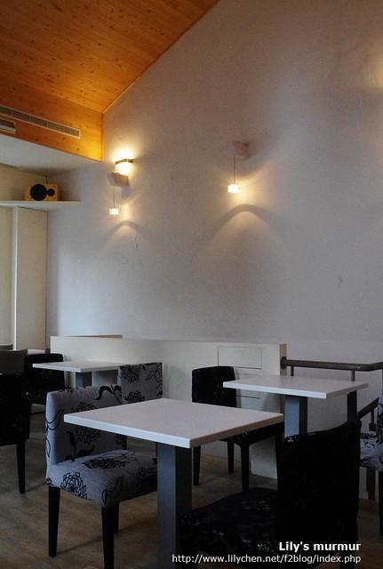 R9 Cafe二樓的樣子,把天花板打掉的設計讓空間看起來更寬廣。