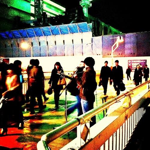 今日もまだ人行き交う。一部通れなくなったけどね。みんなー、今日もお疲れ様でした。 #prayforjapan #Osaka #Abeno