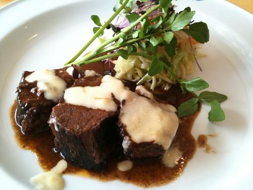 牛バラ肉の赤ワイン煮。