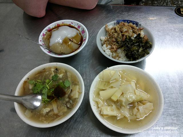從左上起為章家肉圓、肉燥飯、赤肉羹湯以及筍絲一碗。