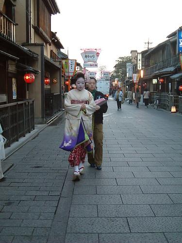 GionHanmikoji_maiko y shikomi