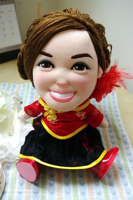 穿上古典中國風小禮服的荳芽小妹,踏著紅鞋的她是不是很有古典氣質呢?