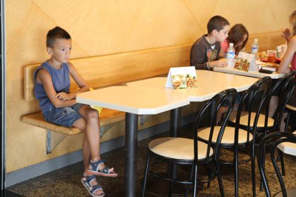 10h14 Arenys y varios020 Niño solo en hamburguesería