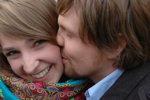 ... en hij kust haar