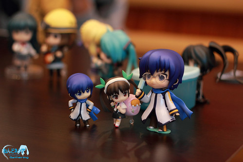 KAITO, share some of your ice cream to them ... ^^