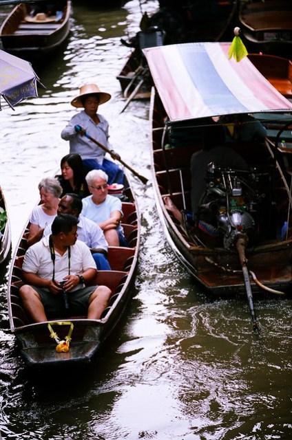 小船有手划的和電動的兩種,據說電動的比較貴,但,怎麼會有人想搭電動的?