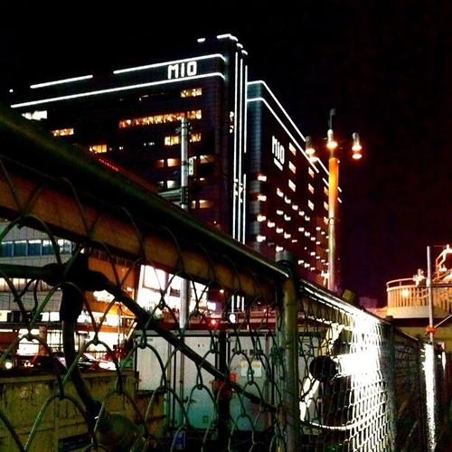 アポロシネマ8から帰る道から、フェンス越しにMIOが見えるね!みなさん、今日もお疲れ様でした。☆。.:*:・'゜ヽ( ´ー`)ノ まったね~♪ #Osaka #Mio