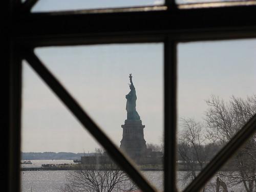 Statua Wolności - widok z sali rejestracji na Ellis Island