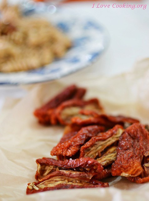 Pomodori secchi - Fusilli di farro alla crema di squacquerone e pesto di pomodoro secco