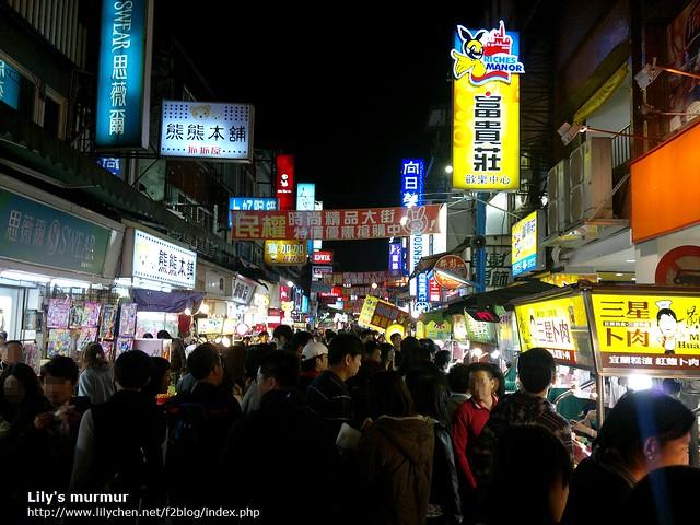 羅東夜市主要道路的人群,真的多的很誇張啊,但後來我們發現逢甲夜市更勝一籌...