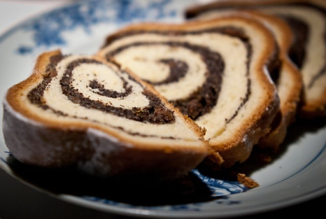 Mohnstollen, Brot, Schmalz, Wildwurst & Gurken