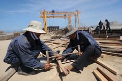 Công nhân xưởng đóng tàu Dung Quất, một công ty con của Vinashin. (Hình: Hoang Dinh Nam/AFP)