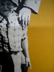 """Alan Bennet, Una vita come le altre, Adelphi, 2010, [responsabilità grafica non indicata]; """"In copertina: La famiglia Bennet al mare (1938)"""", cop. (part.), 2"""